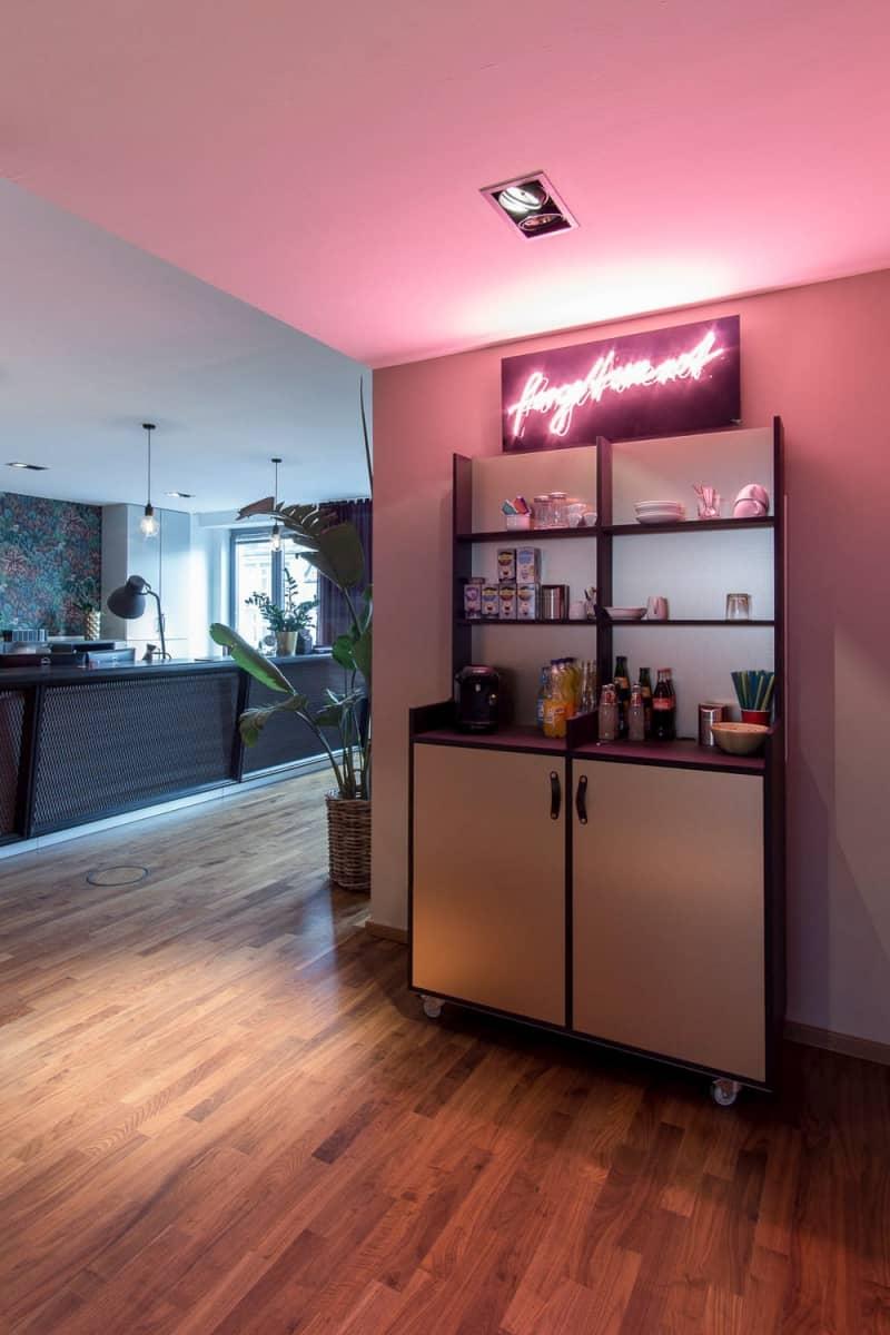 Bar und Empfang, Interiordesign von Thies Wulf für flaconi Headquarter Berlin