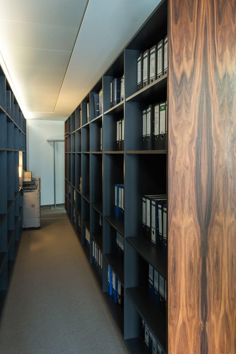 muesiemue Interiordesign, Konferenztische und angefertigte Regale, Funktion und Design von handwerkplusdesign für Berliner Kanzlei