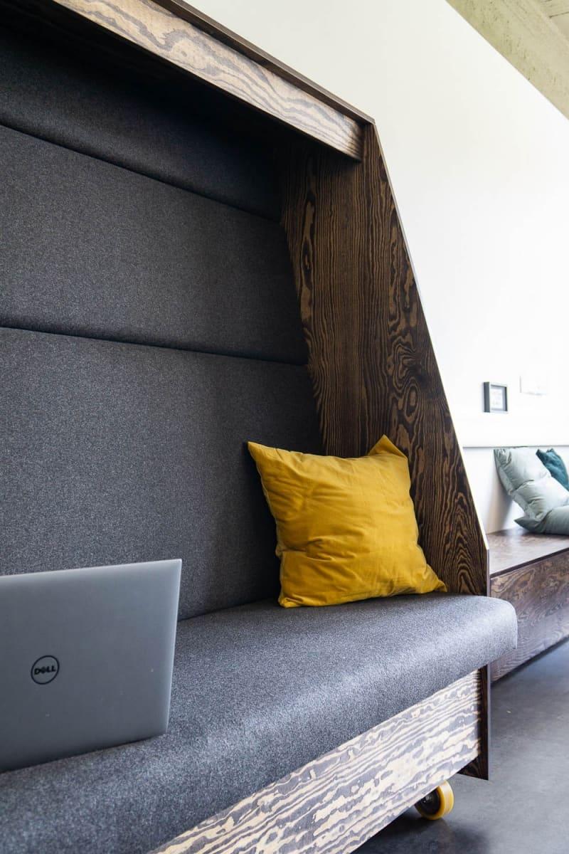 muesiemue Interiordesign, Sitzlandschaft und mobile Sitzcube, Funktion und Design von handwerkplusdesign für ioo Architekten
