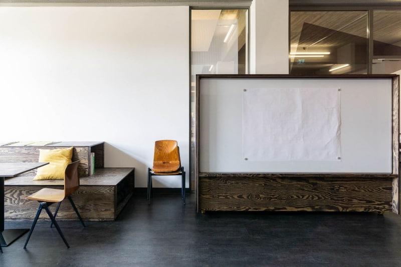 muesiemue Interiordesign, Sitzlandschaft und mobile Garderobe mit Whiteboardfläche, Funktion und Design von handwerkplusdesign für ioo Architekten