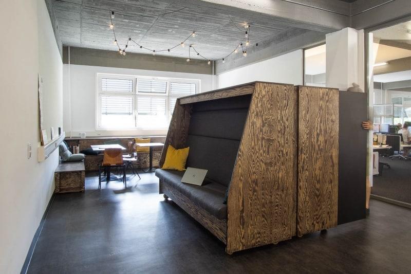 muesiemue Interiordesign, Sitzlandschaft und mobile Garderobe sowie Sitzcube, Funktion und Design von handwerkplusdesign für ioo Architekten