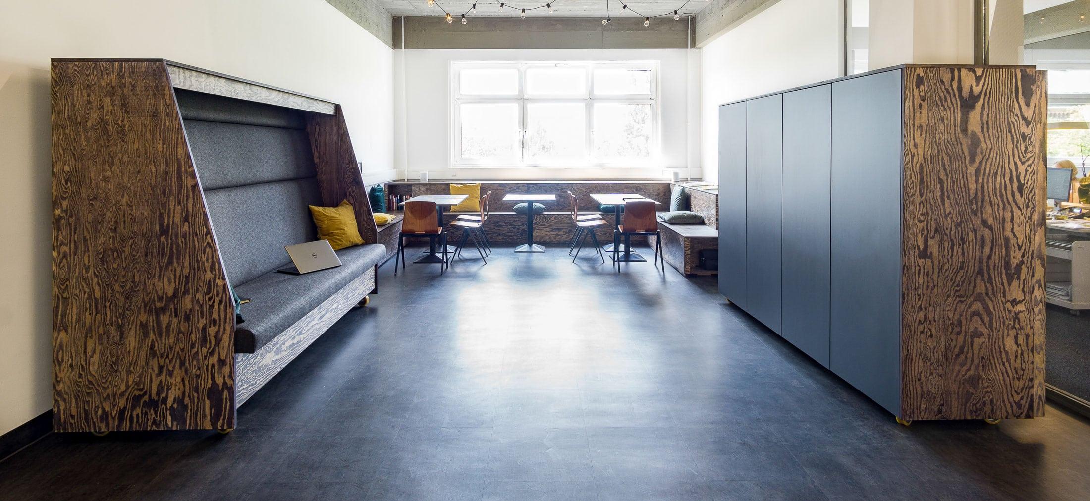 muesiemue Interiordesign, Sitzlandschaft und mobile Sitzcubes sowie Garderobe, Funktion und Design von handwerkplusdesign für ioo Architekten_top