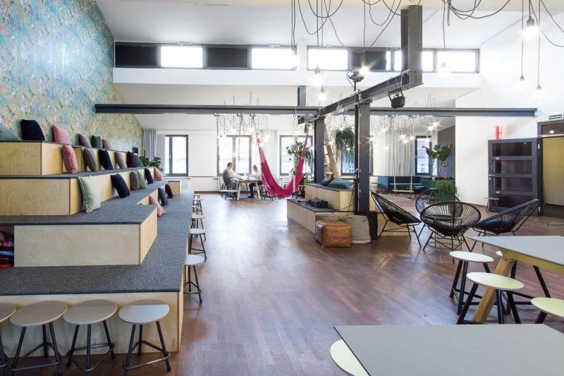 muesiemue Interiordesign, Sitzlandschaft und Tische, Funktion und Design von handwerkplusdesign und Thies Wulf für flaconi
