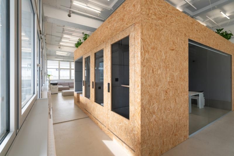 Großer Meetingraum mit offenen und geschlossenen Telefonkabinen, Funktion und Design von muesiemue und maerzostudio für xcnt